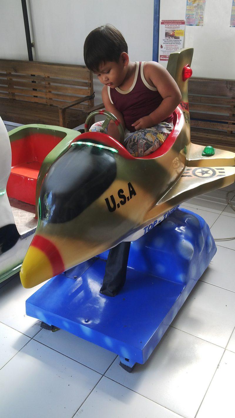 Mainan koin anak di toko minimarket atau supermarket